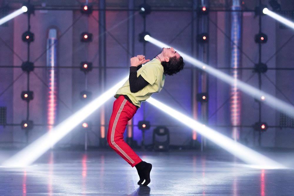 Ugo, en la gala de fama a bailar con los calcetines oficiales de fama a bailar